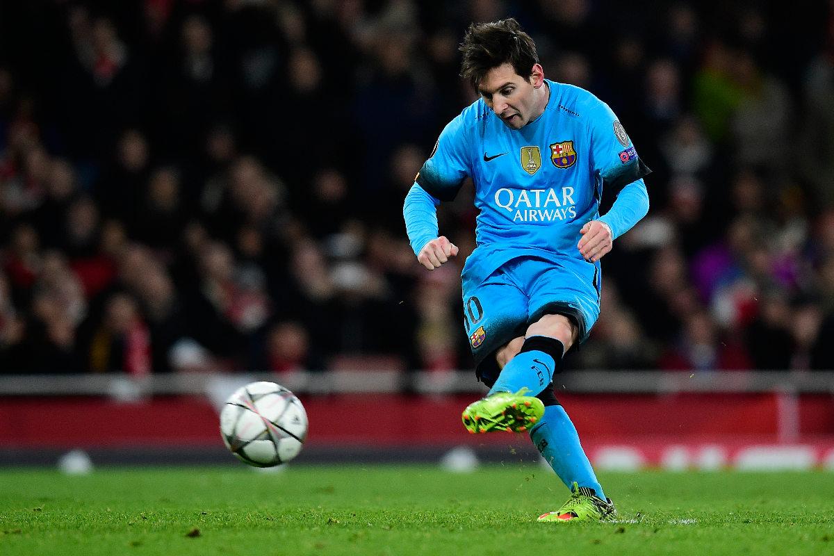 Leo Messi lanza el penalti que supuso el 0-2. (AFP)