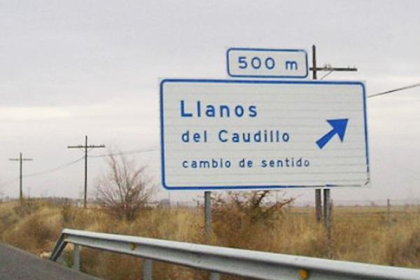 Cartel de señalización de la salida de la autovía a la población de Llanos del Caudillo.
