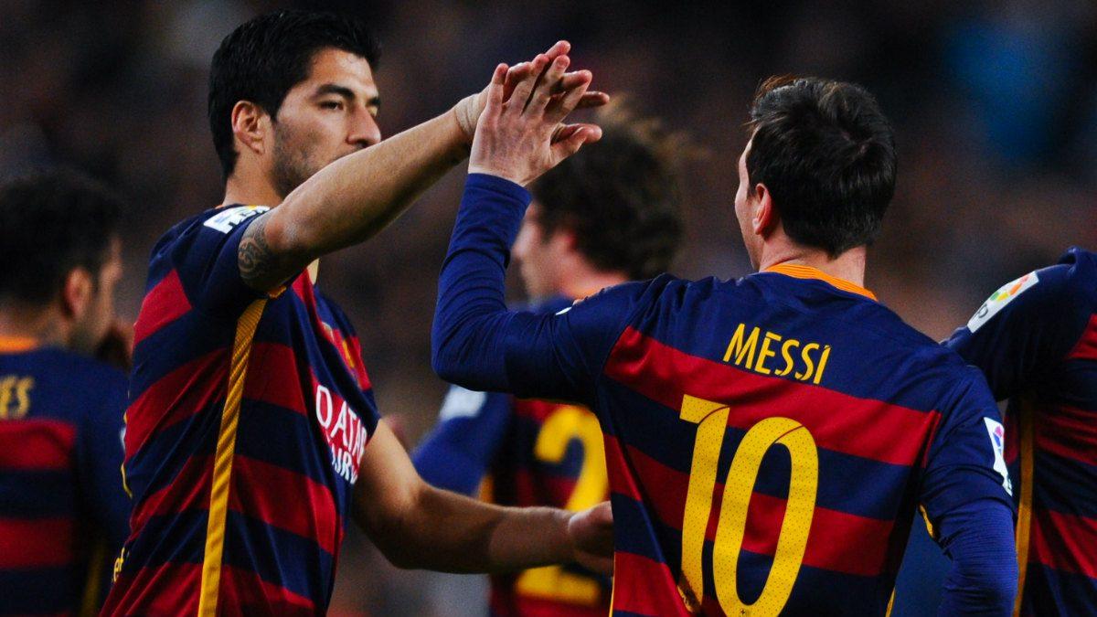 Luis Suárez agradece a Messi una de sus asistencias de gol. (Getty)