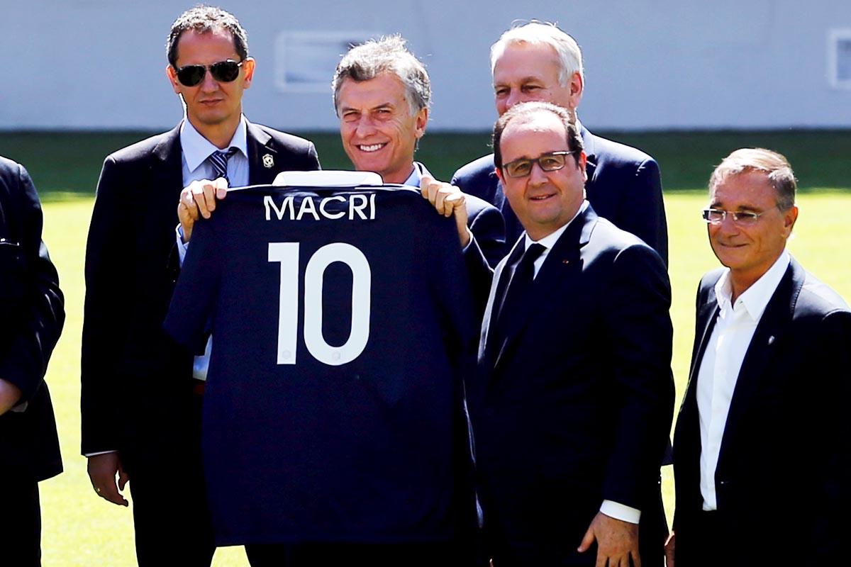 François Hollande le ha regalado a Macri una camiseta de la selección francesa con su nombre (Foto: Reuters)