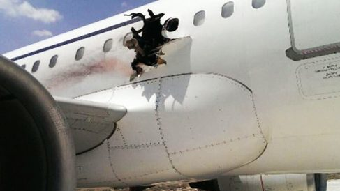 Imagen de los daños en el fuselaje del avión. (Foto: voasomali.com)