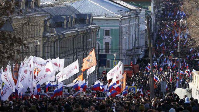 Miles de rusos marchan en el aniversario del asesinato de Nemtsov frente al Kremlin