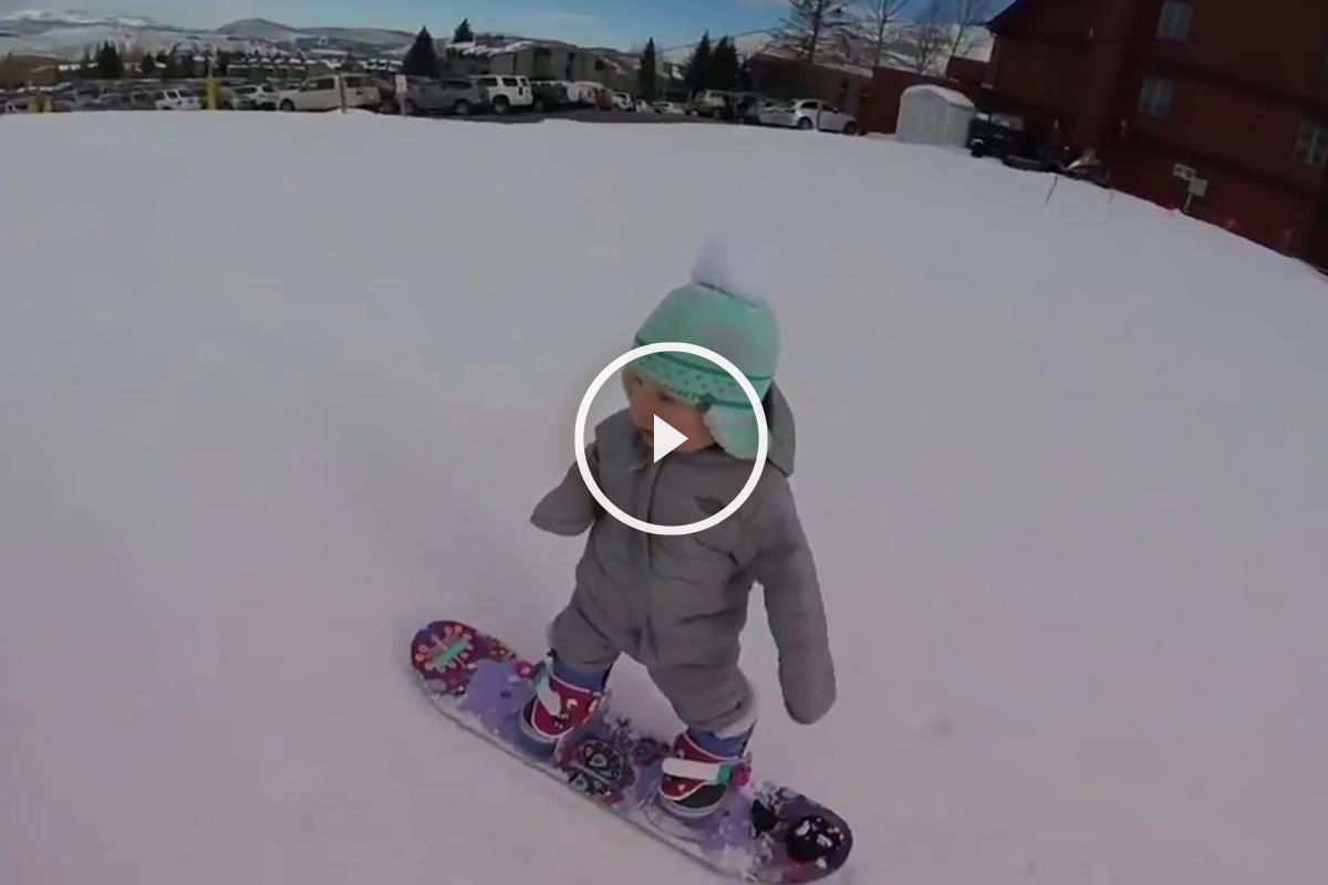 Este bebé ya hace snowboard.