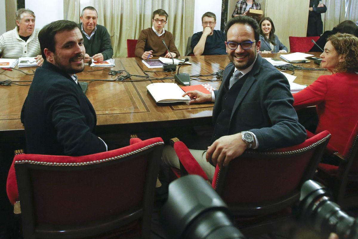 Reunión entre PSOE, Compromís, IU y Podemos. (Foto: EFE)
