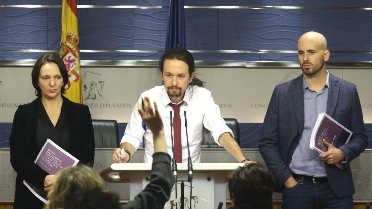 El secretario general de Podemos, Pablo Iglesias, acompañado por el portavoz económico del partido, Nacho Álvarez, y la diputada Carolina Bescansa (Foto: EFE).