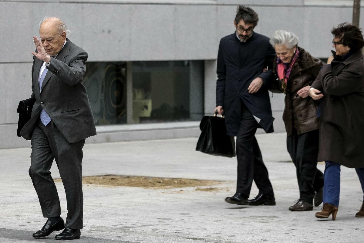 Jordi Pujol, hoy ante la Audiencia Nacional, seguido de su esposa (Foto: EFE)