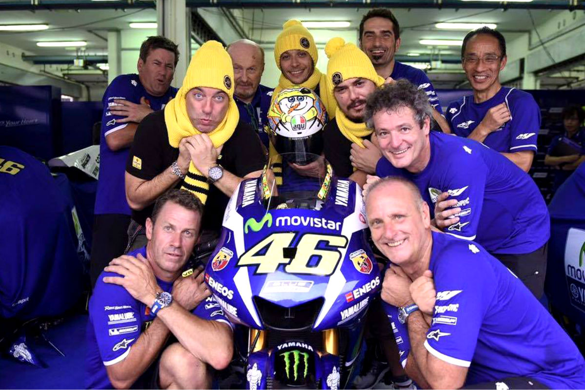 Rossi, con todo su equipo, tuvo tiempo para las fotos humorísticas.