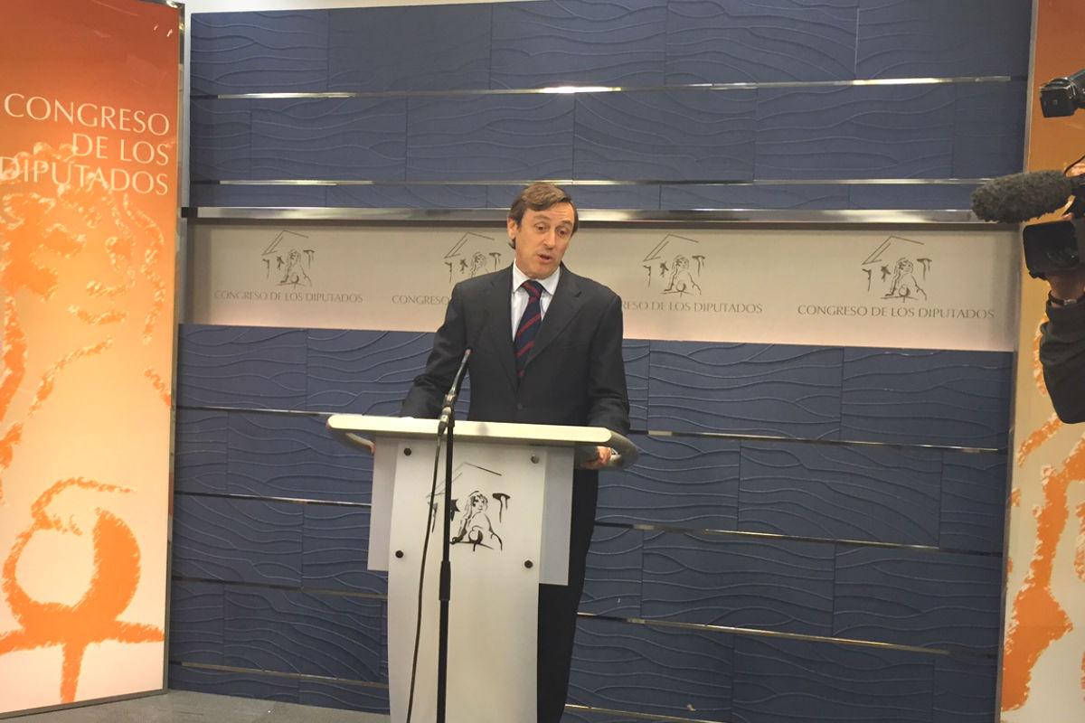 Rafael Hernando en rueda de prensa en el Congreso. (Foto: Nuria Val)