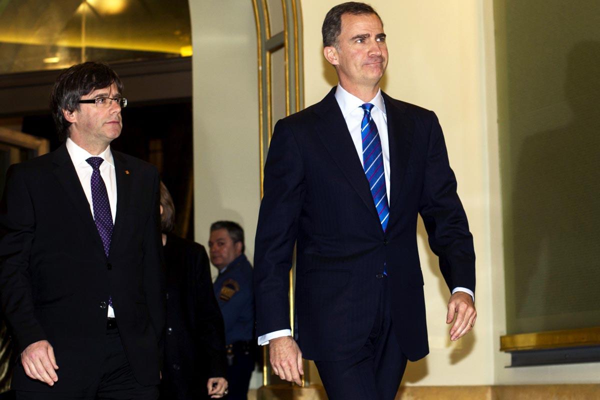 El Rey Felipe VI, en su primer encuentro con Carles Puigdemont (Foto: EFE)