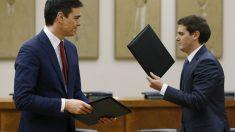 Albert Rivera y Pedro Sánchez en la firma del pacto entre ambas formaciones. (Foto:EFE)