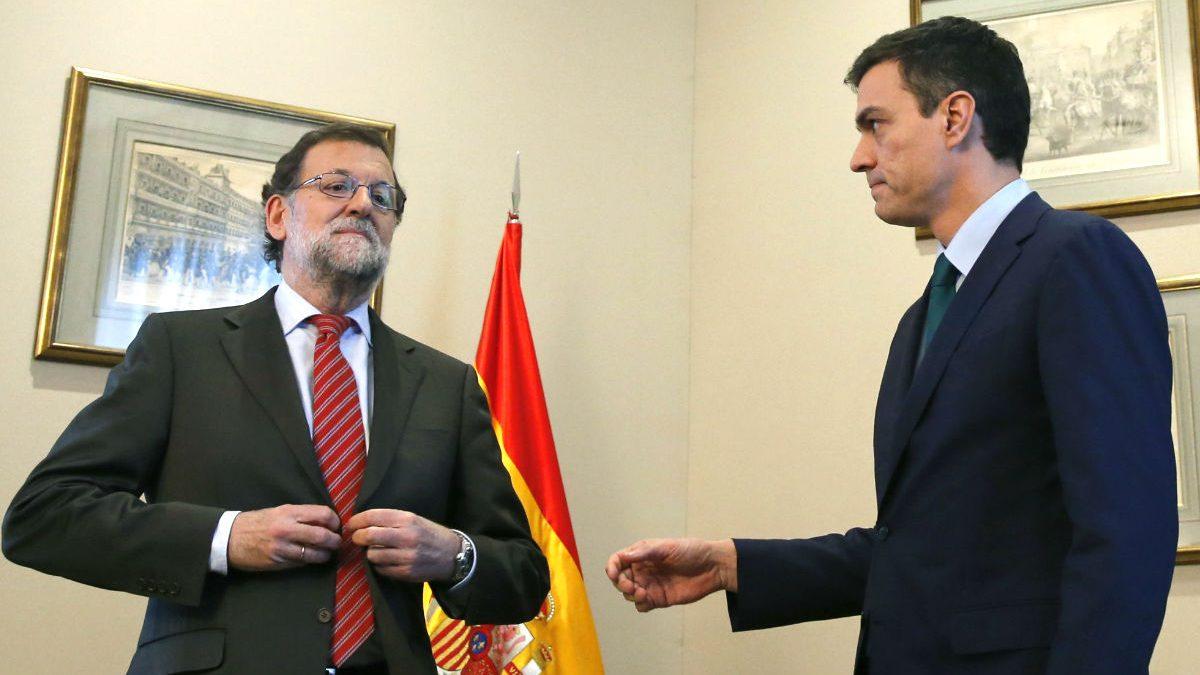 Pedro Sánchez en el momento que tiende su mano al presidente en funciones, Mariano Rajoy (FOTO:EFE)