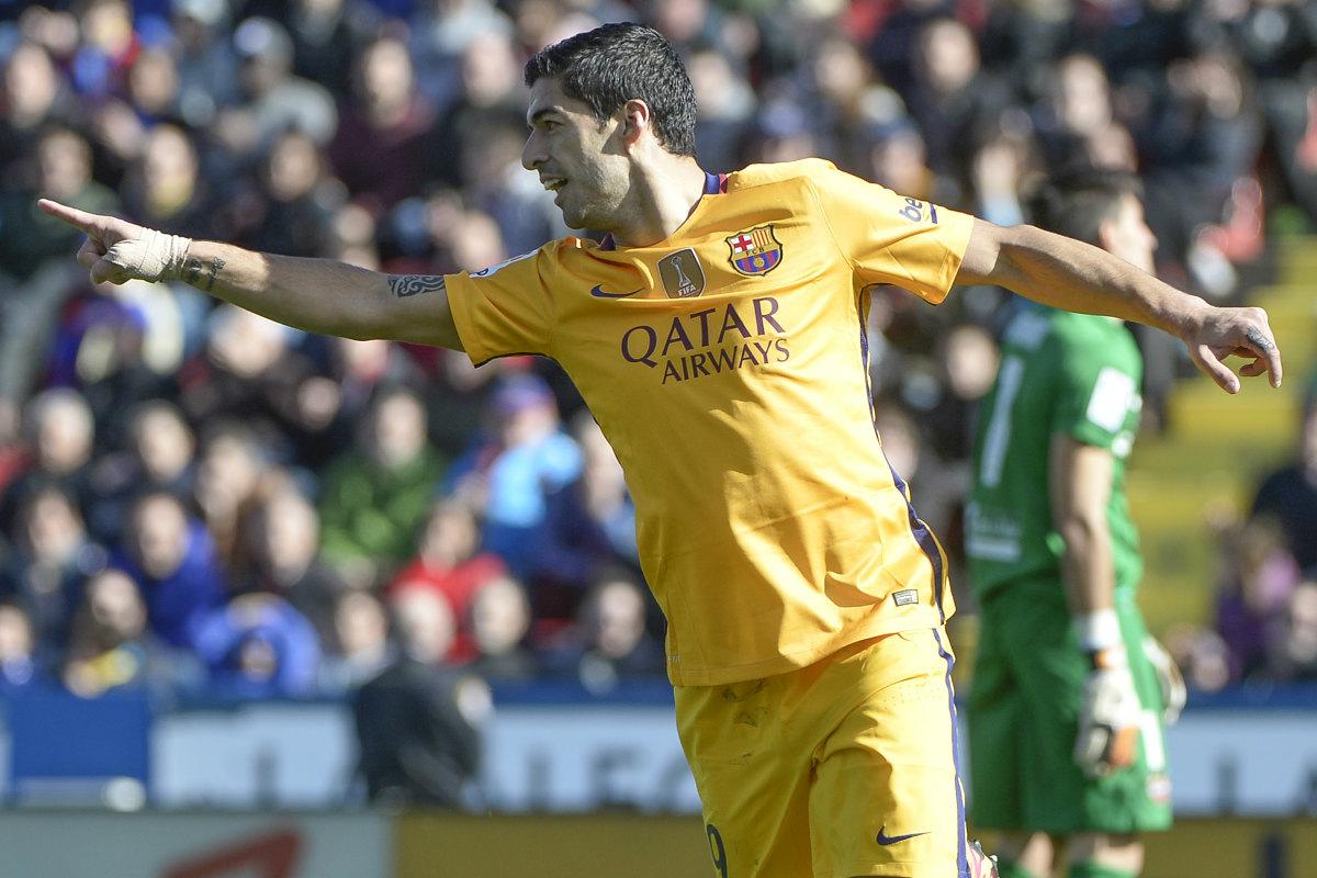 Luis Suárez agradece a Messi el pase que le mantiene como máximo goleador de la Liga. (AFP)