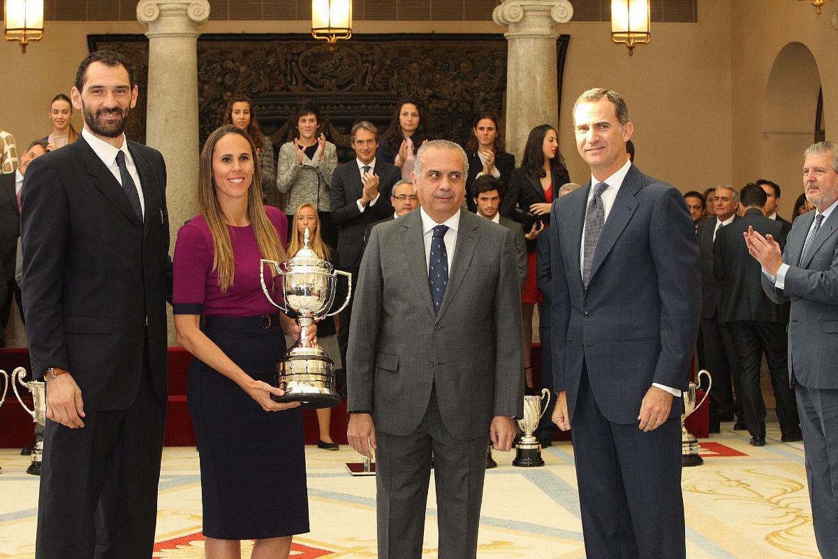 Sáez, en los Premios Nacionales del Deporte junto al Rey, Valdemoro y Garbajosa. (Alberto Nevado/FEB)