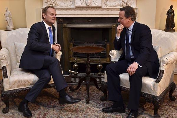 Donald Tusk, charlando con David Cameron (Foto: Reuters)