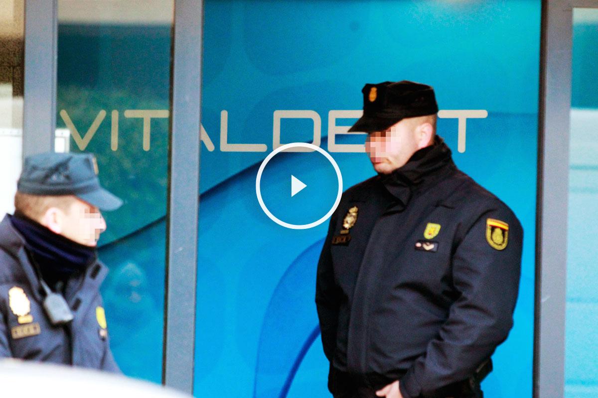 Agentes de la Policía Nacional durante los registros a las clínicas Vitaldent. (Foto: EFE)