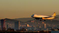 Avión de Vueling aterrizando en el Aeropuerto de El Prat (Foto: GETTY).