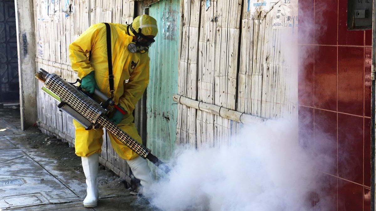Un operario fumiga una zona para acabar con los mosquitos que transmiten el virus Zika. (Foto: Getty)