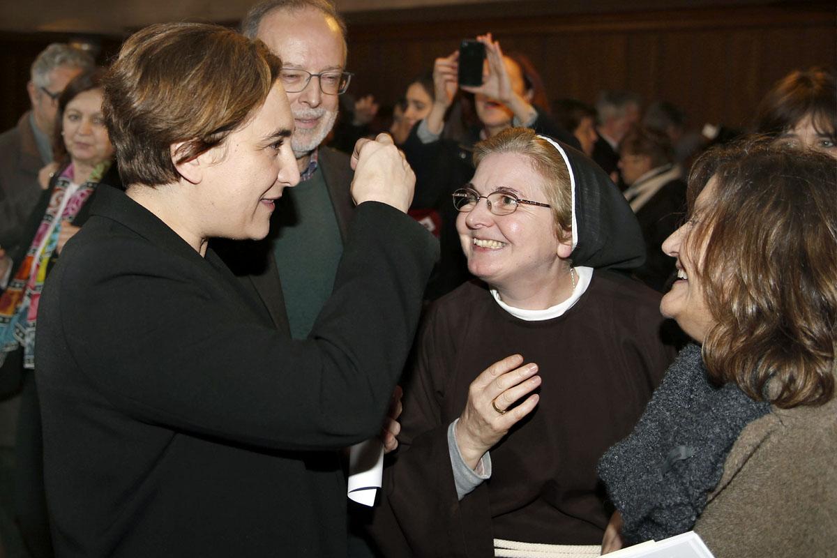 Ada Colau en la tradicional visita de la corporación municipal al Monasterio de las clarisas de Pedralbes. (Foto: EFE)
