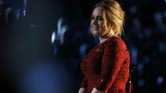Adele, contrariada, al acabar su actuación en los Grammy. (Reuters)