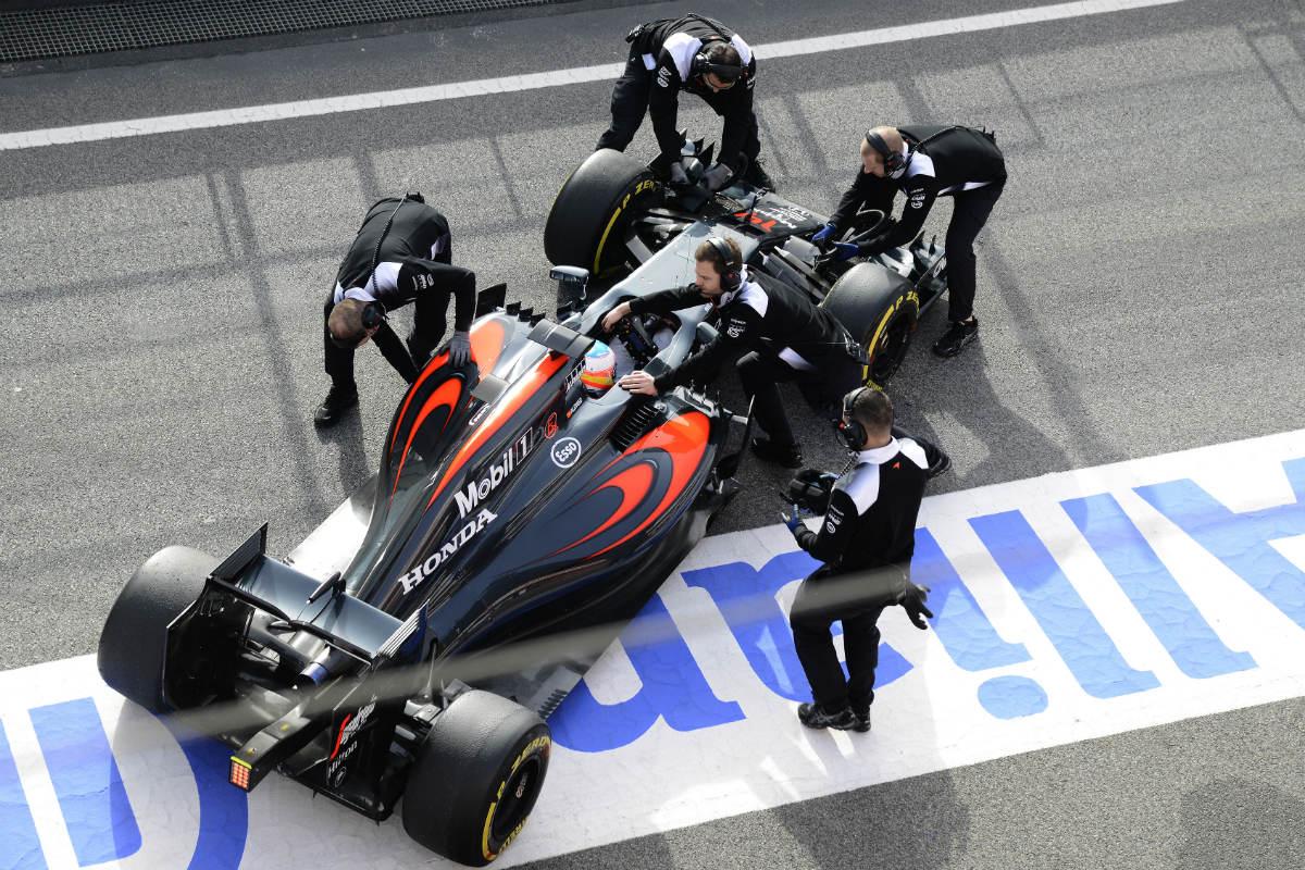 Fernando Alonso sale de boxes para rodar con el nuevo McLaren. (AFP)