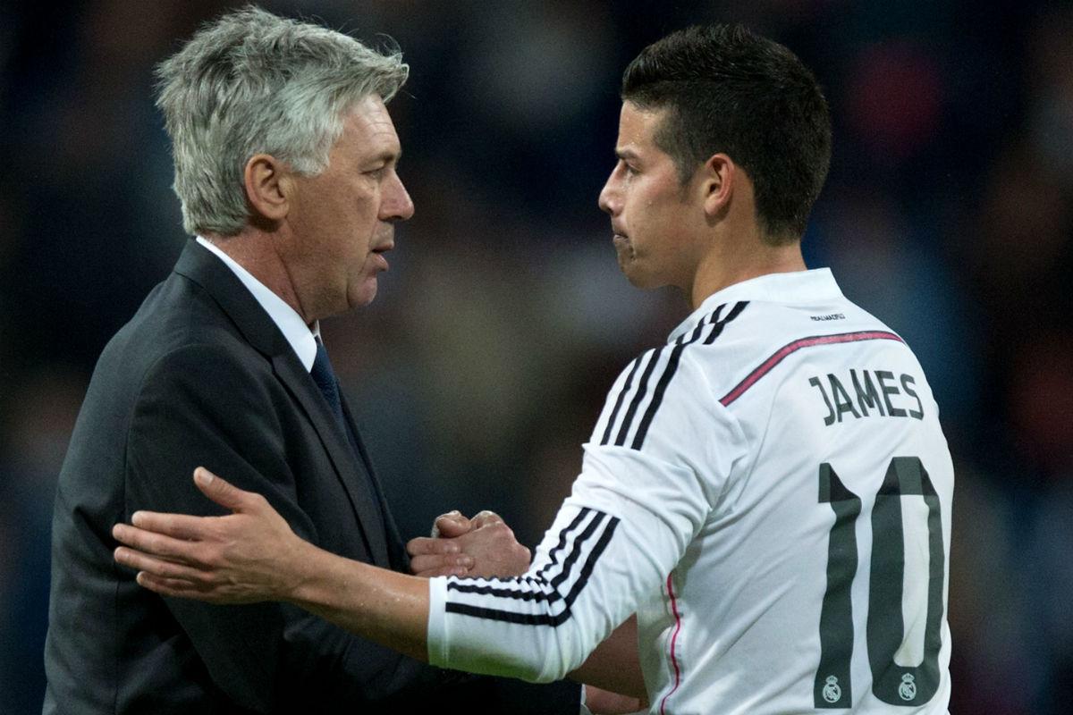 Ancelotti felicita a James Rodríguez en un partido del Real Madrid. (Getty)