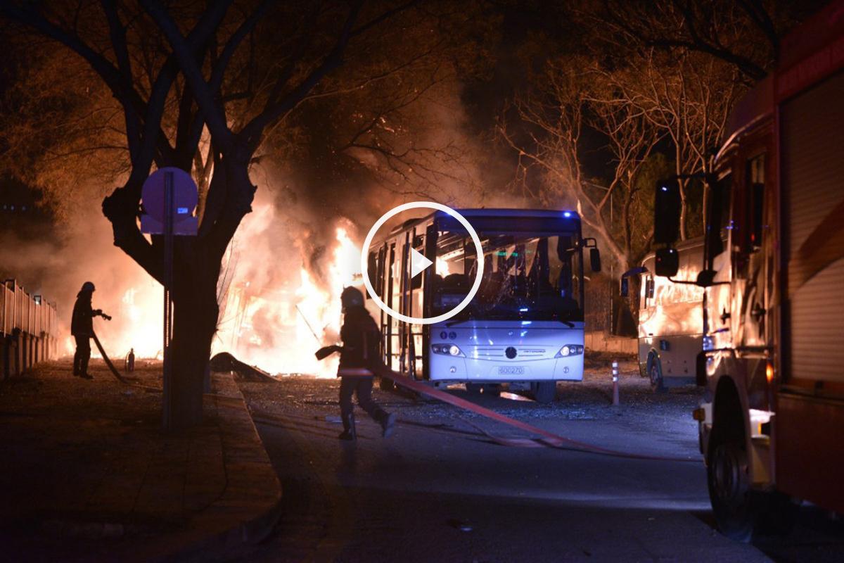 Bomberos tratan de extinguir el incendio en las calles de Ankara, tras el atentado de este miércoles. (AFP)