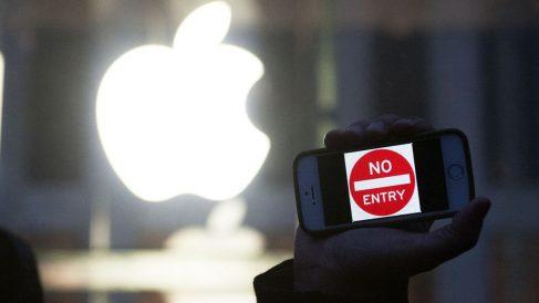 Activistas frente a las sedes de Apple. (Foto: AFP)