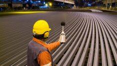 Un trabajador en la planta que ArcelorMittal tiene en Gijón. (Foto: ArcelorMittal)