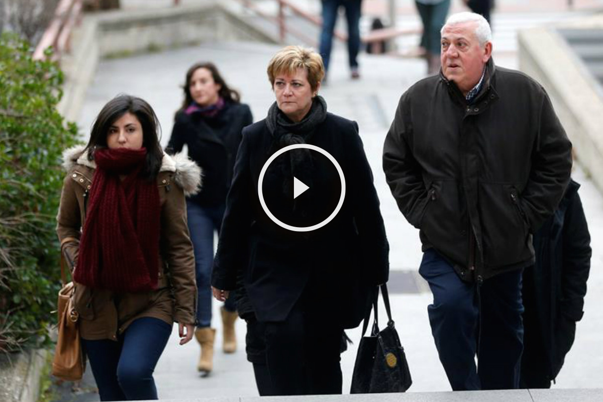 Los padres y la hermana de Cristina Arce, fallecida en el Madrid Arena, a su llegada a la sede de la Audiencia