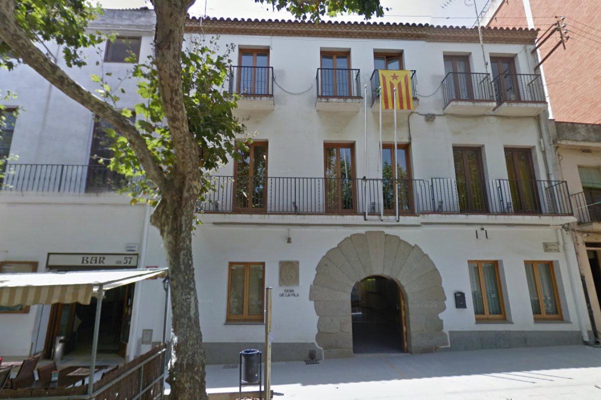 El Ayuntamiento de Arenys de Munt (Barcelona), sin banderas oficiales y con una estelada en el balcón.
