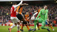 Alexis intenta superar a Jakupovic. (Reuters)