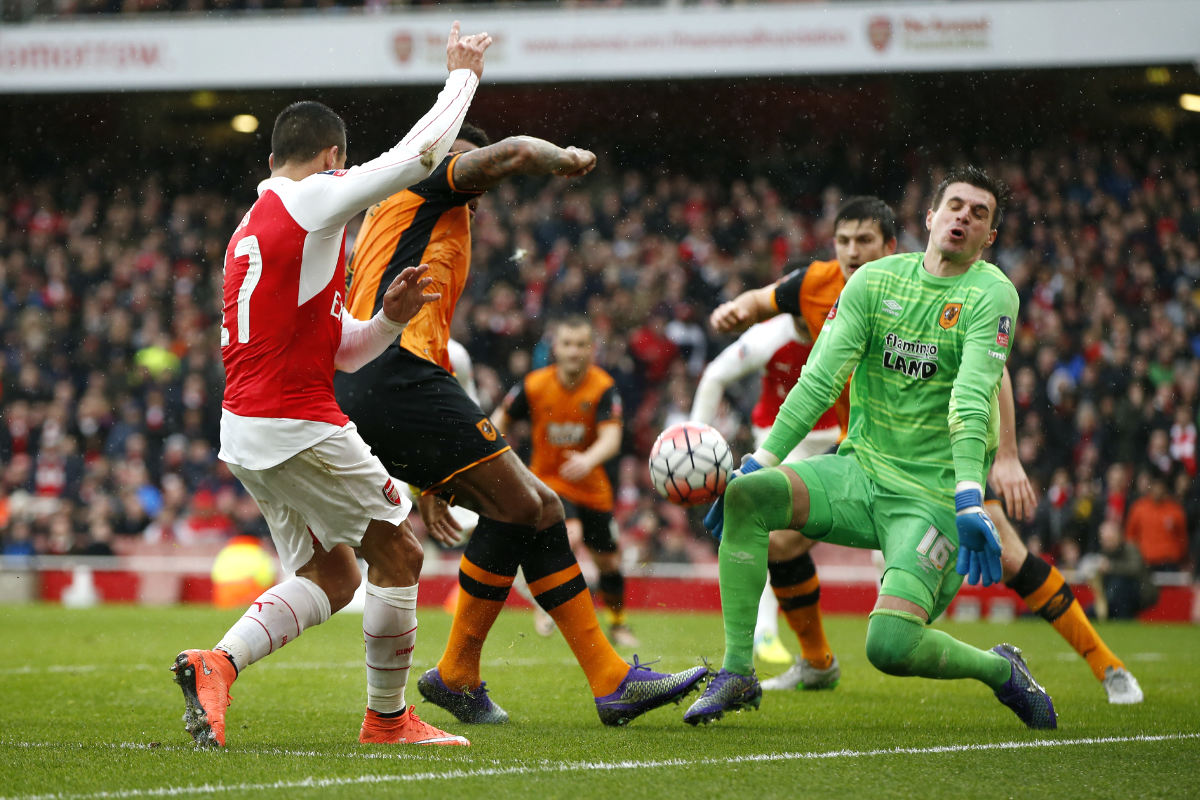 Alexis intenta superar a Jakupovic. (Reuters)