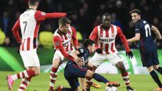 Óliver Torres controla el balón rodeado de futbolistas del PSV. (AFP)