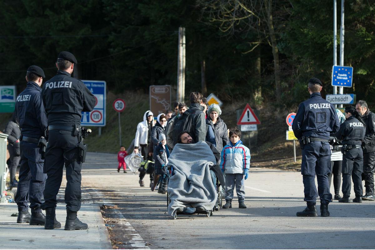 Refugiados sirios tratan de pasar una de las fronteras austriacas. (Foto: Getty)