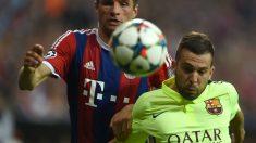 Müller y Alba disputan un balón en un Bayern-Barcelona. (AFP)