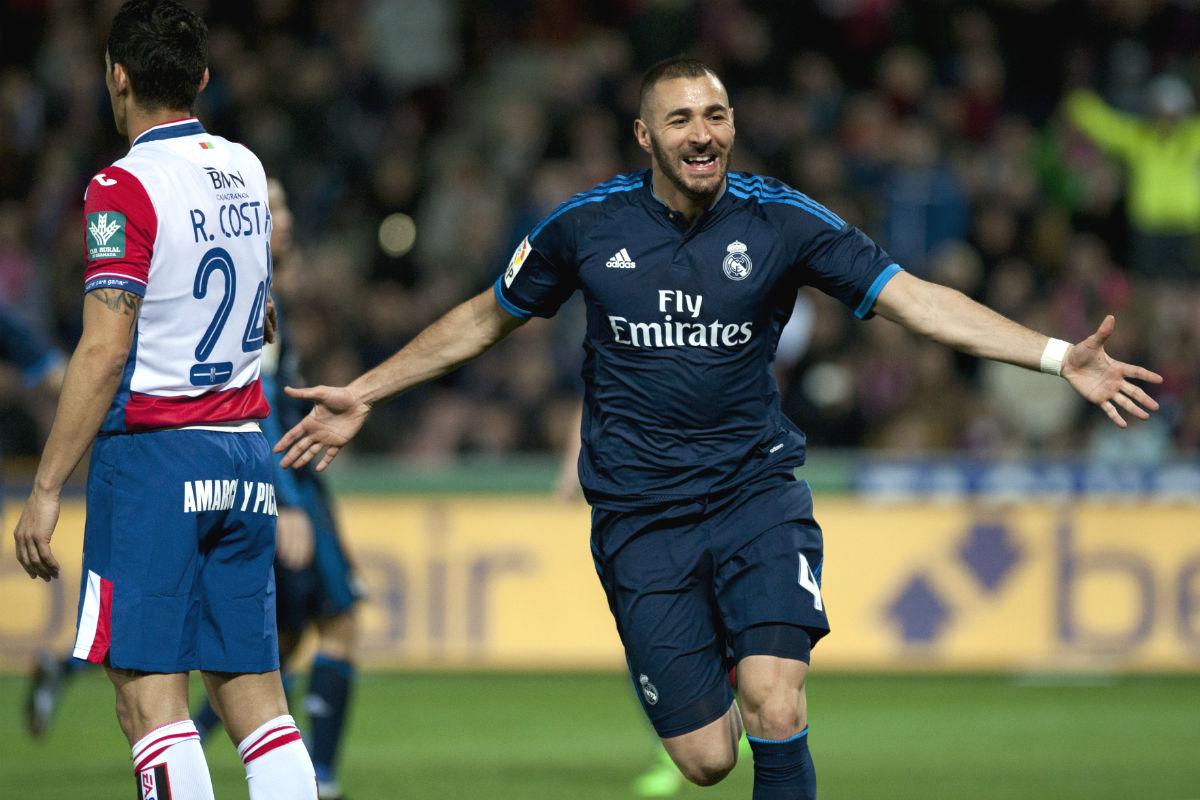 Karim Benzema celebra el gol que adelantó al Madrid en Granada. (AFP)