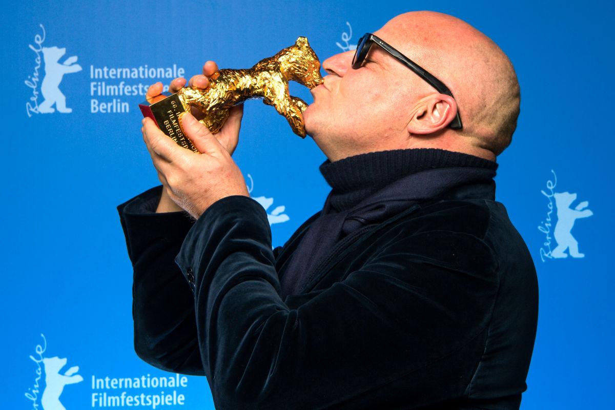 Gianfranco Rosi con el premio (Foto: Efe).