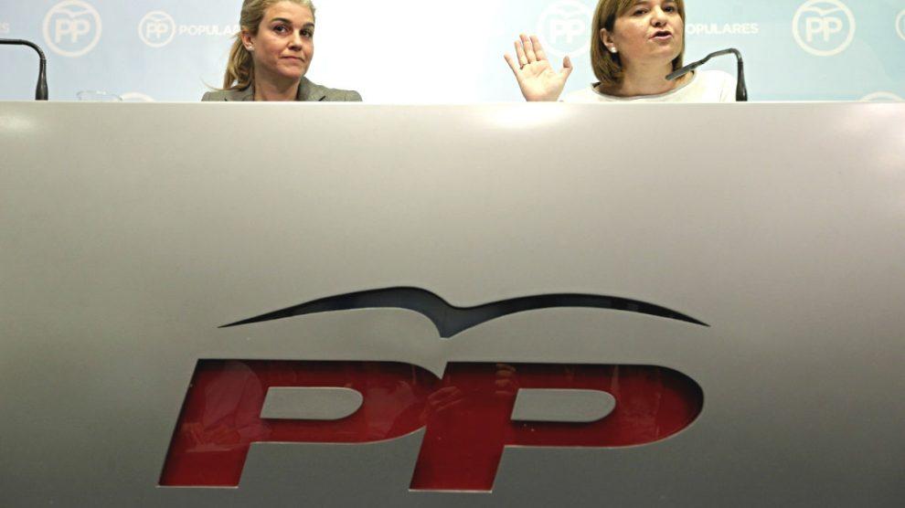 La presidenta del PPCV, Isabel Bonig (d), junto a la coordinadora general del partido, Eva Ortiz,. (Foto: EFE)