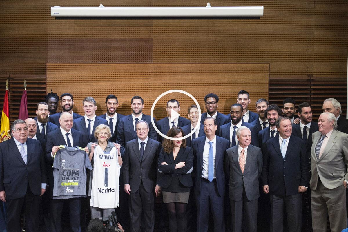Manuela Carmena recibió al Real Madrid de baloncesto, campeón de la Copa del Rey. (Foto: EFE)
