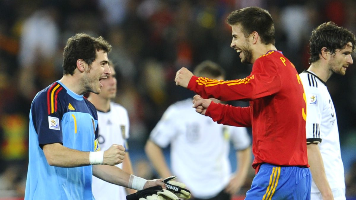 Casillas y Piqué celebran la clasificación de España para la final del Mundial. (AFP)