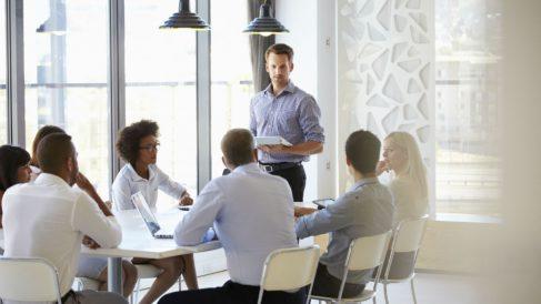 Un grupo de trabajo en una empresa.  (Foto: GETTY/ISTOCK)