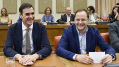 Pedro Sánchez y César Luena. (Foto: AFP)