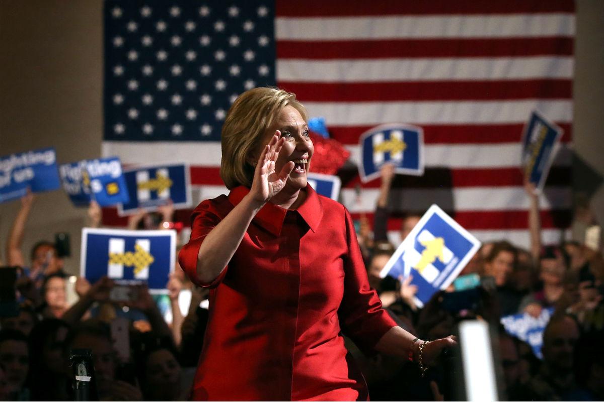 Hillary Clinton salud a sus seguidores (Foto: AFP).