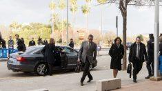 Diego Torres y su esposa llegan al tribunal al mismo tiempo que la infanta Cristina e Iñaki Urdangarin. (Foto: EFE)