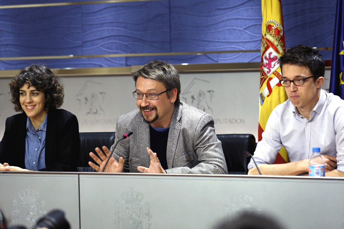 Los diputados de Podemos, Francesc Xavier Domenech (c), Íñigo Errejón (d) y Alexandra Fernández (i), durante la rueda de prensa posterior a la reunión de la Junta de Portavoces, la primera de la XI Legislatura (Foto: Efe)