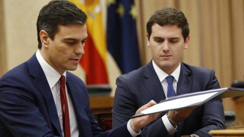 Sánchez y Rivera, en la firma del acuerdo de investidura del líder del PSOE.