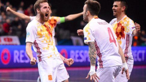 Los jugadores de la selección española celebran uno de los goles de Pola.