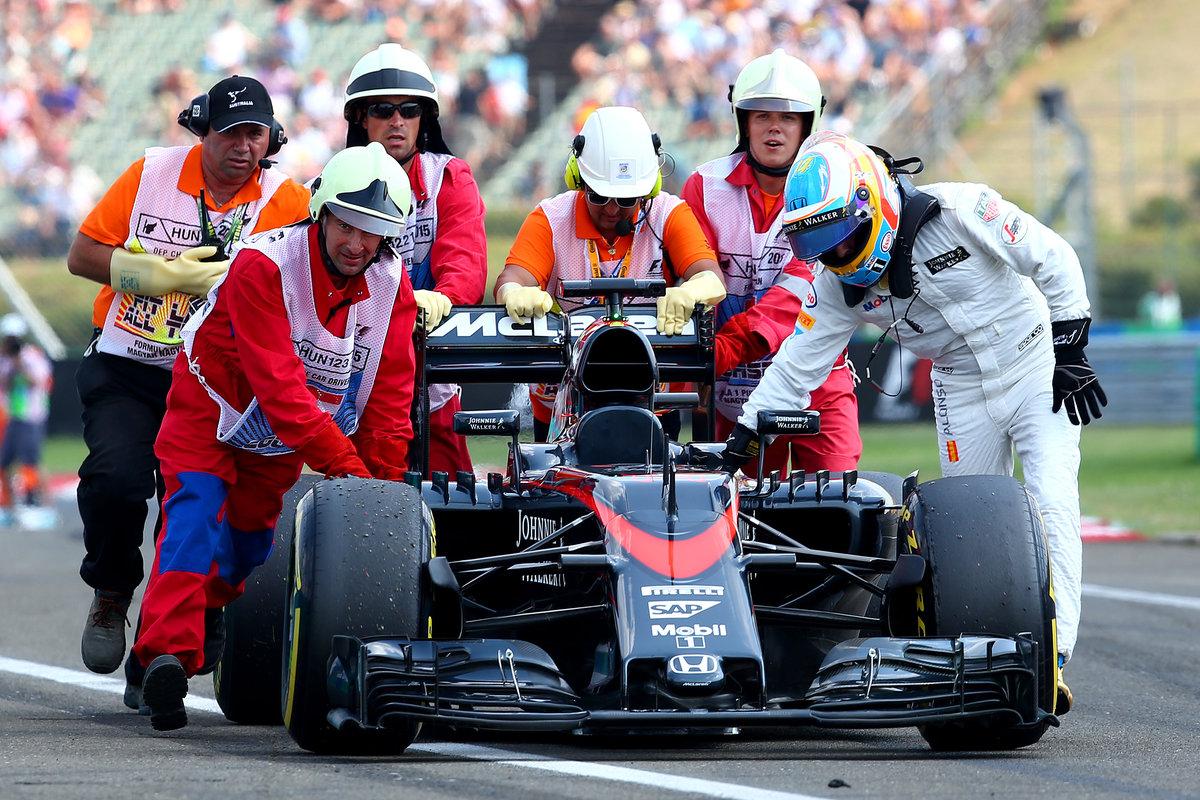 Fernando Alonso empujando el McLaren-Honda (Getty)