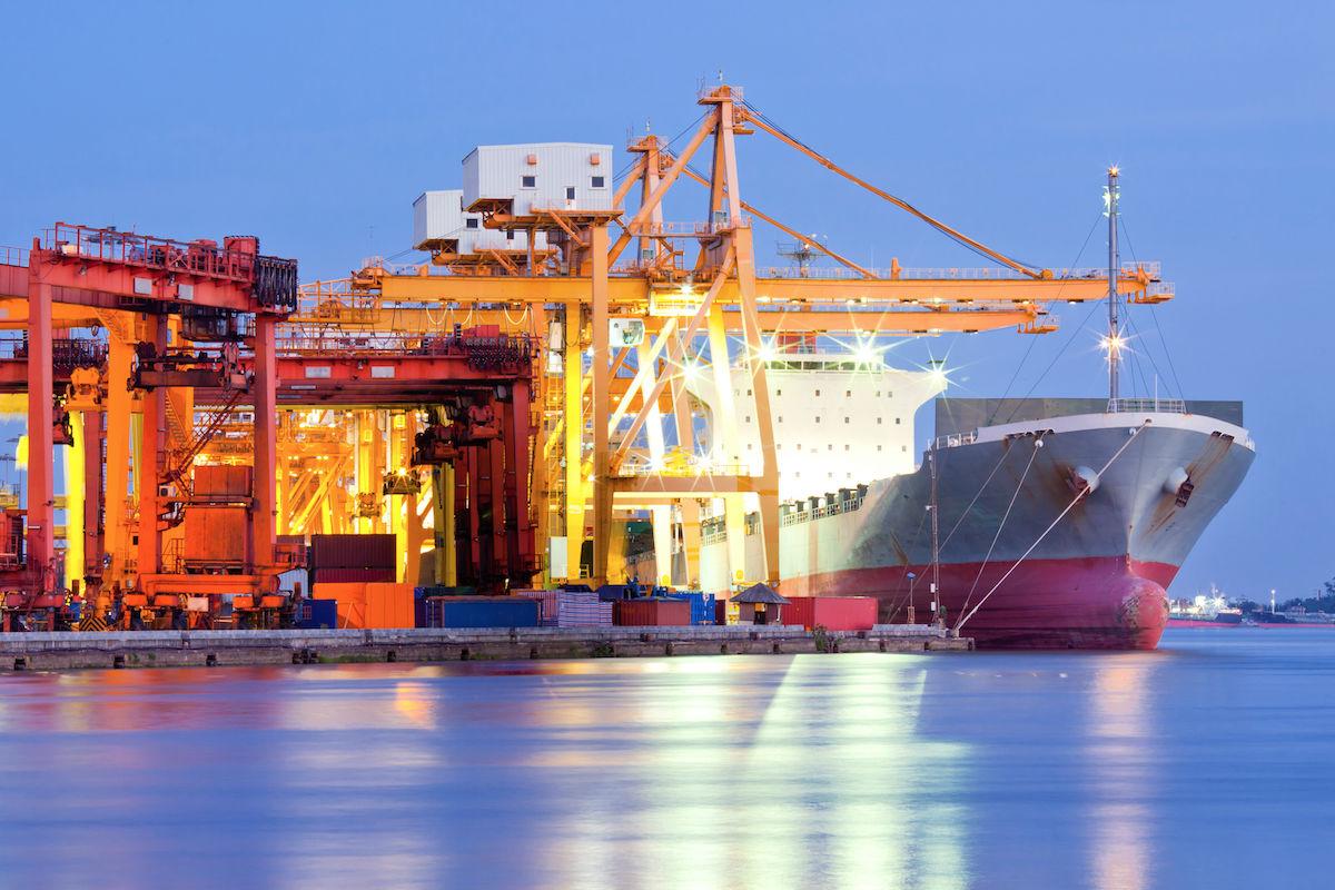 Un buque de mercancías en un puerto.