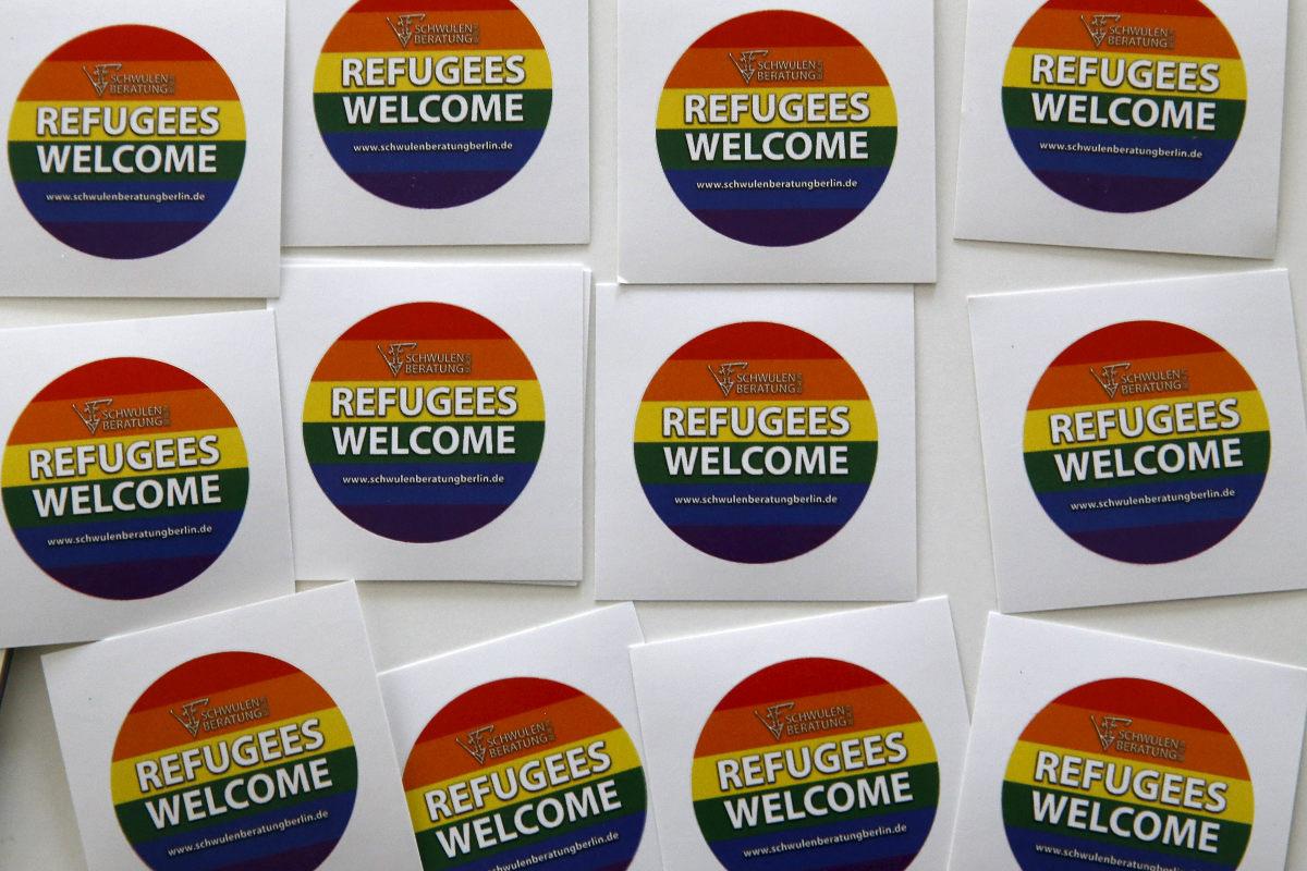 Carteles que cuelgan a la entrada del nuevo refugio para demandantes de asilo gays en Berlín. (Reuters)